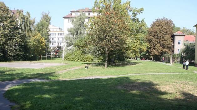 BUDE SE ZDE STAVĚT? Malý plácek ve vnitrobloku Foerstrovy ulice.
