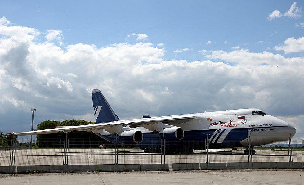 Hned dva obří stroje Antonov An-124 Ruslan v pondělí stály na mošnovském letišti, kde měly mezipřistání kvůli dotankování paliva. Ve večerních hodinách se zase vznesly k obloze a pokračovaly dál ve své cestě.