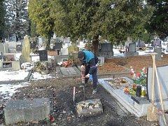 Zem promrzla do hloubky, hrobníci proto při své práci využívají i bourací kladivo. Hrobník Jiří Schönfeld (na snímku) začíná hloubit hrob v areálu vítkovického hřbitova.