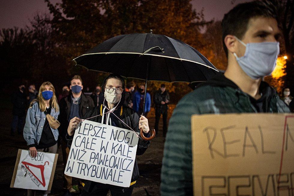 """Transparent s nápisem: """"Lepší mít celé nohy ve výkalech, než Pawlowiczowou v trybunále! (Pawlowicz = soudkyně Ústavního soudu, Trybunalu Konstytucjalnego)""""."""