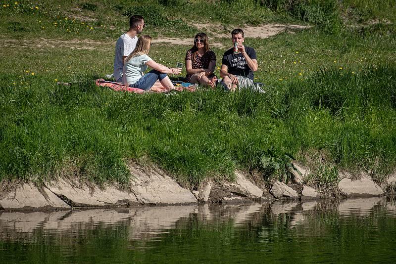 Lidé si užívají slunečné odpoledne 11. května 2021 v Ostravě.