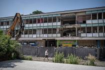 Demoliční práce na budově pavilonu E na Černé louce, 7. července 2021 v Ostravě.