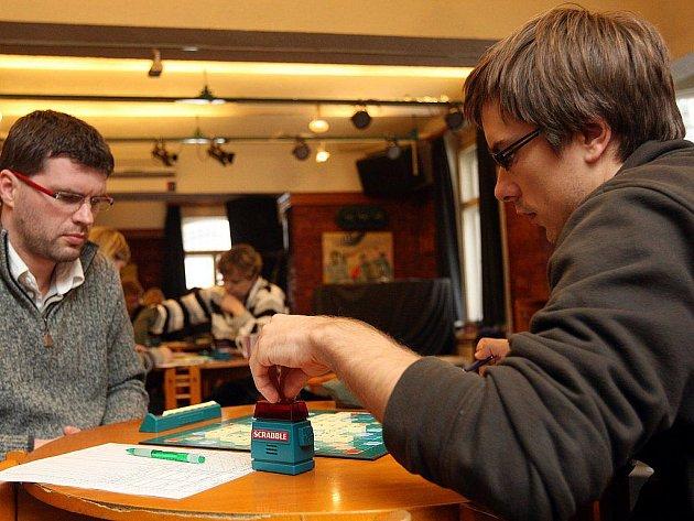Turnaj ve hře Scrabble.