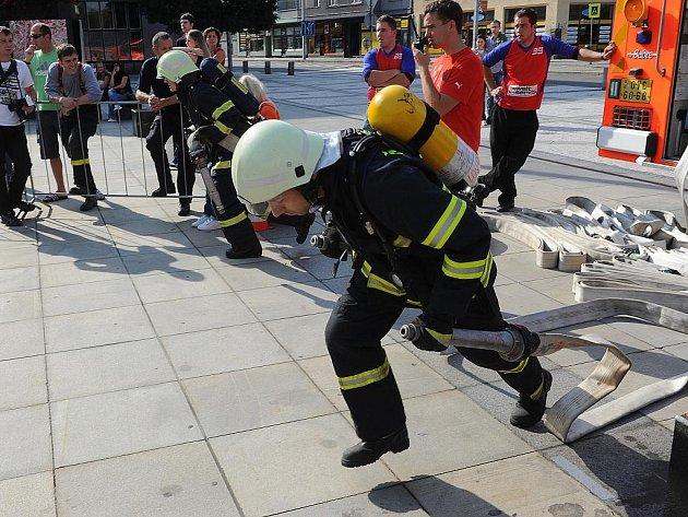 Nejtvrdší hasič přežije. To je překlad názvu hasičské soutěže TFA – Toughest Firefighter Alive, jejíž moravskoslezské finále se v neděli konalo na Prokešově náměstí u ostravské Nové radnice.