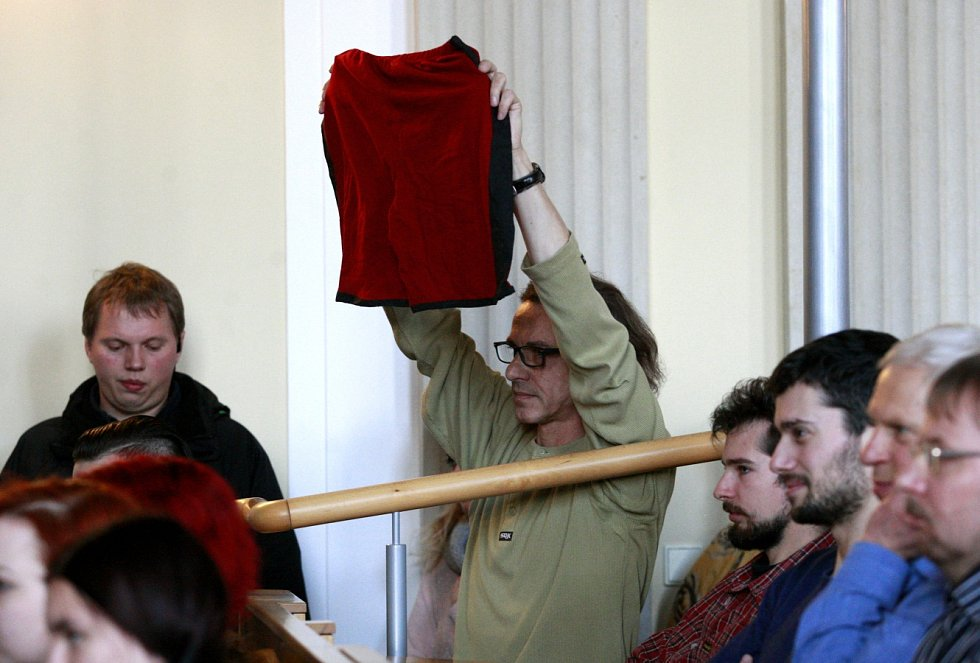 Červené trenýrky vytáhl student, jenž se zároveň prezidenta tázal, jaký má Zeman názor na lidi, kteří s ním nesouhlasí.