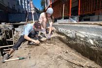 Archeologové s pomocí studentů odkrývají v centru Ostravy lidské ostatky
