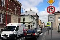 Na jedné straně zájmy podnikatelů, na straně druhé dopravní bezpečnost v okolí Stodolní ulice. Takový střet zájmů vyvolala dopravní značka zákazu odbočení.