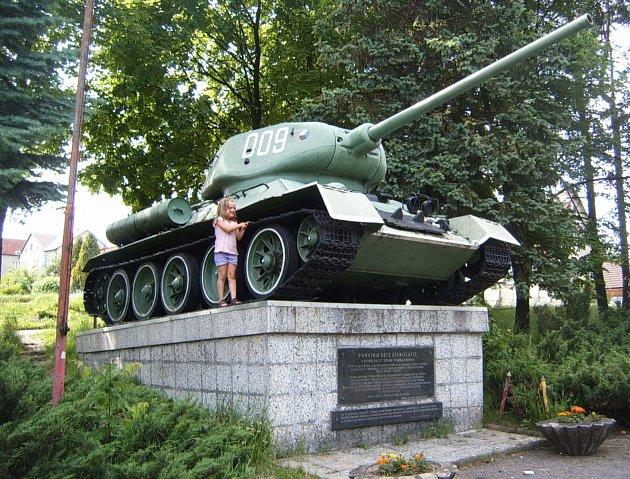 Tank, který stojí na podstavci poblíž silnice spojující Těrlicko a Českým Těšínem.