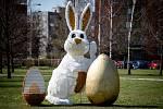 Velikonoční zajíc s rouškou u kruhovém objezdu v městské části Ostrava-Jih, 2. dubna 2020.