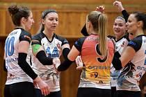 V české extralize porazily v sobotu doma Šternberk (3:0), teď volejbalistky TJ Ostrava čeká v evropském Challenge Cupu tým Volejbola Skola Riga. Oba zápasy se hrají v Lotyšsku.