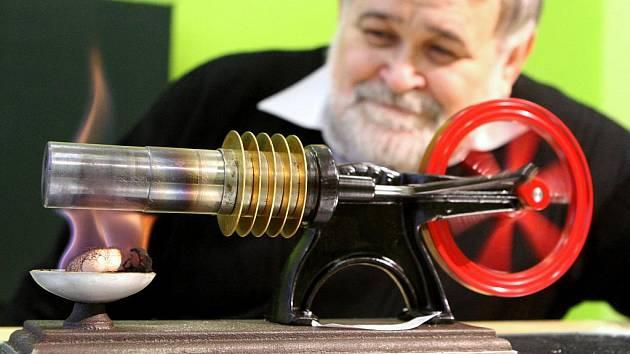 Jiří Míka z Katedry energetiky VŠB-TUO představuje Stirlingův motor, který je k vidění v Demonstračním centru Ostrava.