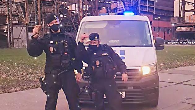 Z vánočního videoklipu ostravských strážníků 2020.