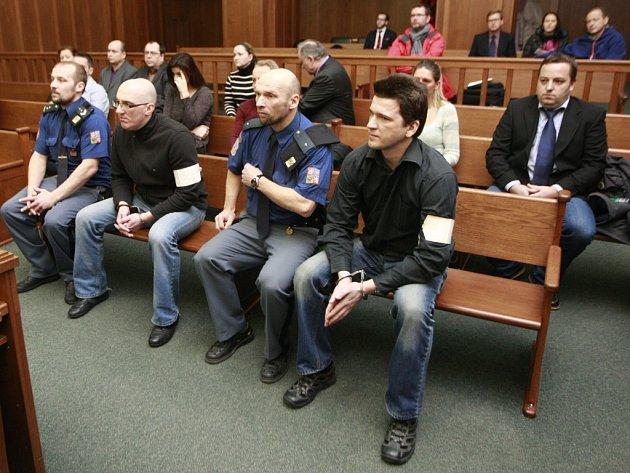 V případu údajných daňových podvodů figuruje šestnáct lidí a pět firem. Hlavními aktéry jsou podle žalobce František Břicháček (na přední lavici druhý zleva) a Aleš Čech (na přední lavici vpravo). Oba jsou ve vazbě.