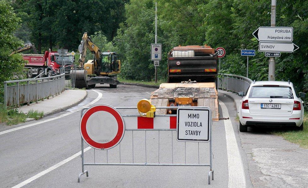 Křižovatka na hranici Poruby a Svinova, kde se staví nový Lidl, bude celé prázdniny mimo provoz. Červen 2021.