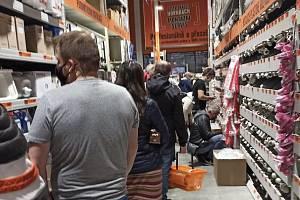 Lidé v nákupních centrech regionu nakupovali ve středu 21. října ve velkém.