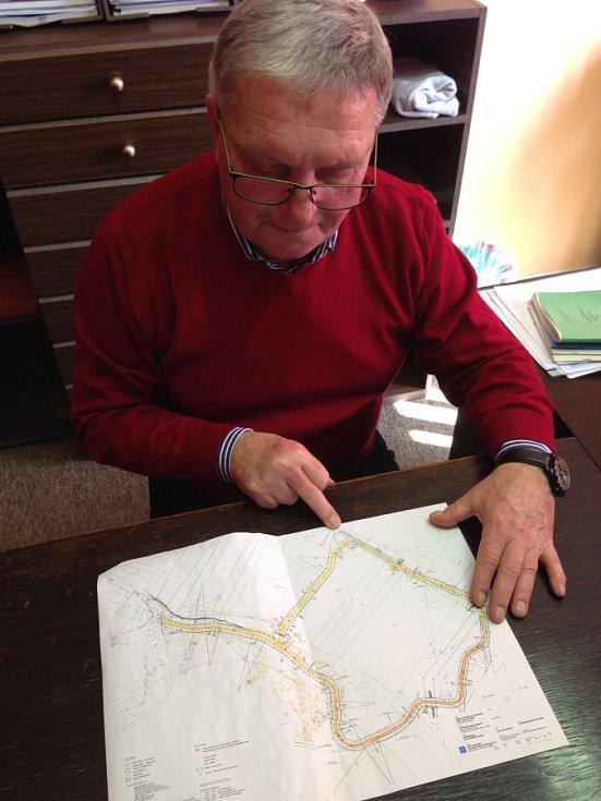 Starosta Josef Šrámek ukazuje, kudy by měl vést a kde stojí obecní úřad.