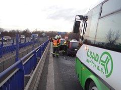 Nehoda linkového autobusu a čtyř vozidel v Ostravě. Havárie, která si vyžádala jedno zranění, se stala ve frekventované Rudné ulici.