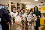 12. květen je na celém světě oslavován jako Mezinárodní den sester. Ředitel FN Ostrava Jiří Havrlant, spolu s náměstkyní pro ošetřovatelskou péči Andreou Polanskou při té příležitosti poděkovali sestrám přímo na jejich odděleních a každé předali růži.