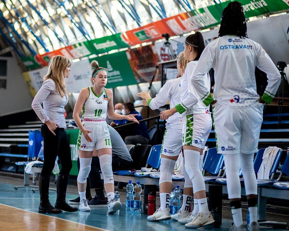 Utkání 12. kola Ženské basketbalové ligy: SBŠ Ostrava - Sokol Hradec Králové, 3. ledna 2021 v Ostravě. Trenérka Ostravy Iveta Rašková a Natálie Rašková z Ostravy.