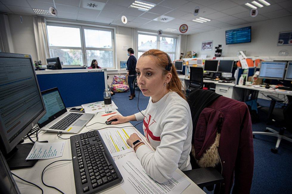 Zaměstnanci call centra innogy v Ostravě pomáhají trasovat nakažené pomocí chytré karantény, říjen 2020.