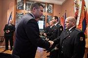 Ocenění hasičů za službu, 25. ledna v Ostravě. Na snímku  (vlevo) Jan Hamáček oceňuje hasiče.