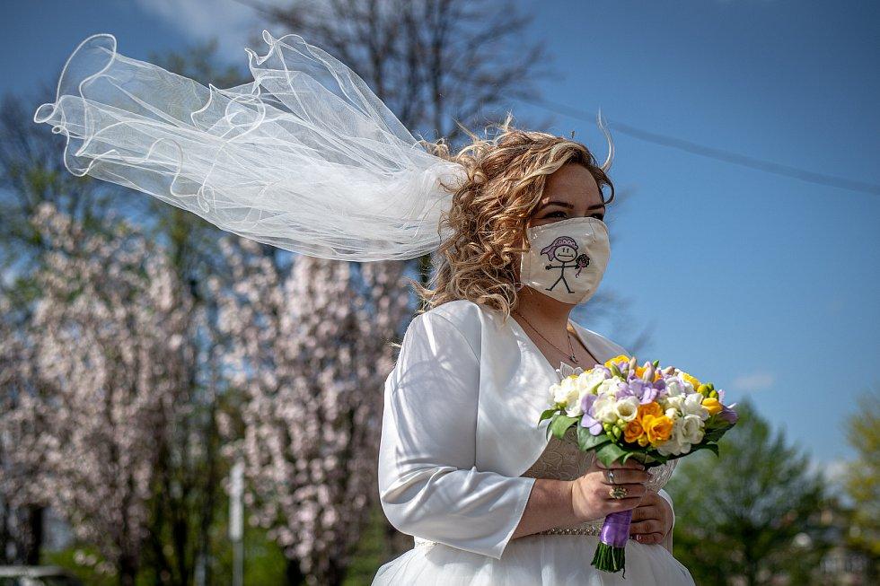 První svatba na radnici Slezské Ostravy po uvolnění opatření k zamezení šíření koronaviru, 25. dubna 2020. Novomanželé Martin a Tereza Kaplanovi.