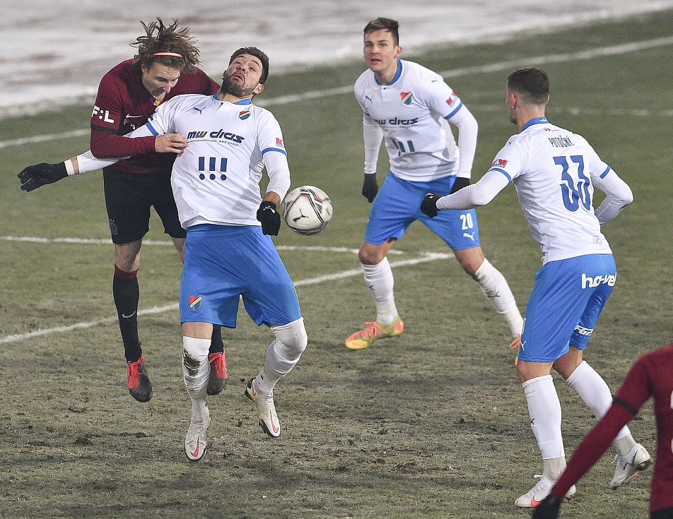 Utkání 15. kola první fotbalové ligy: FC Baník Ostrava - AC Sparta Praha, 17. ledna 2021 v Ostravě. (zleva) Matěj Hanousek ze Sparty a Patrizio Stronati z Ostravy.