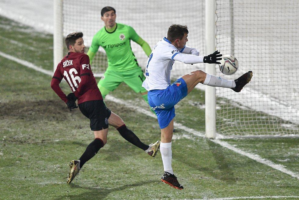 Utkání 15. kola první fotbalové ligy: FC Baník Ostrava - AC Sparta Praha, 17. ledna 2021 v Ostravě. (zleva) Michal Sáček ze Sparty a Filip Kaloč z Ostravy.