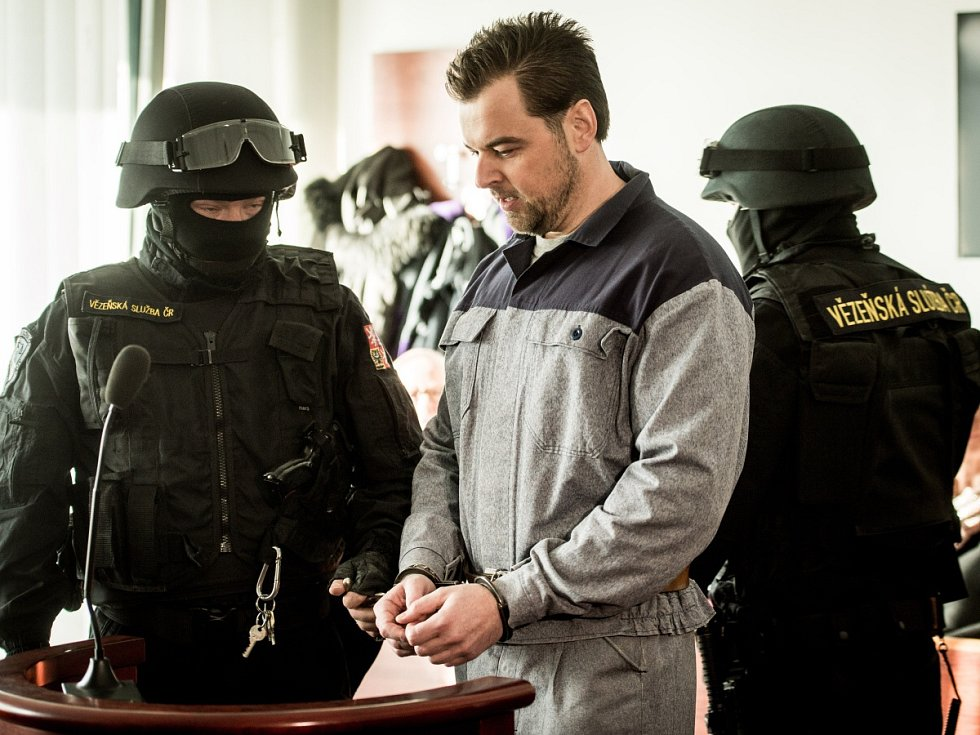 Petr Kramný v doprovodu ozbrojené vězeňské eskorty.