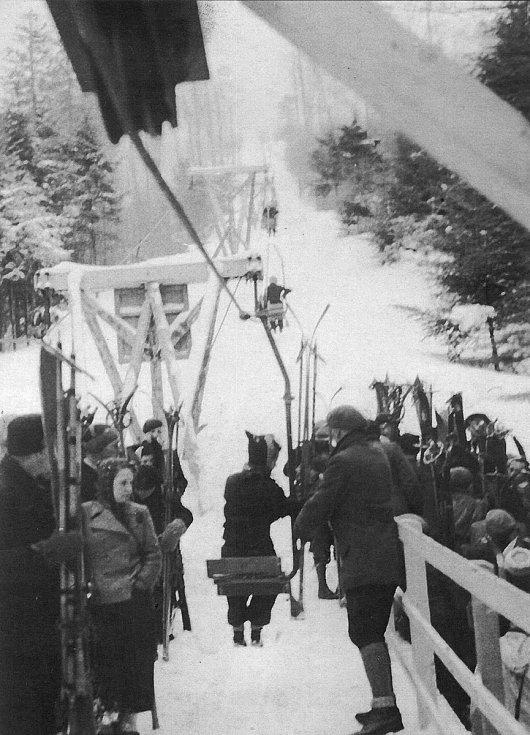 Sedačková lanovka z Trojanovic na Pustevny v provozu - rok 1940.
