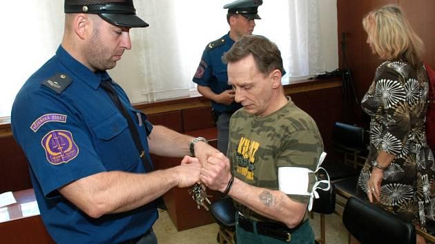 Jaroslav Horák má za sebou pětadvacet odsouzení. Nyní jej čeká další trest. Za vraždu kamaráda mu hrozí až patnáct let vězení.