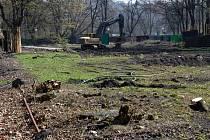 Na místě vykácených stromů vyrůstá v centrálním ostravském obvodu bytový dům