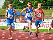 MISTR REPUBLIKY. Vítkovický sprinter Zdeněk Stromšík (uprostřed) ovládl v sobotu v Třinci finálový závod na sto metrů a po čtyřech letech se znovu stal českým šampionem.
