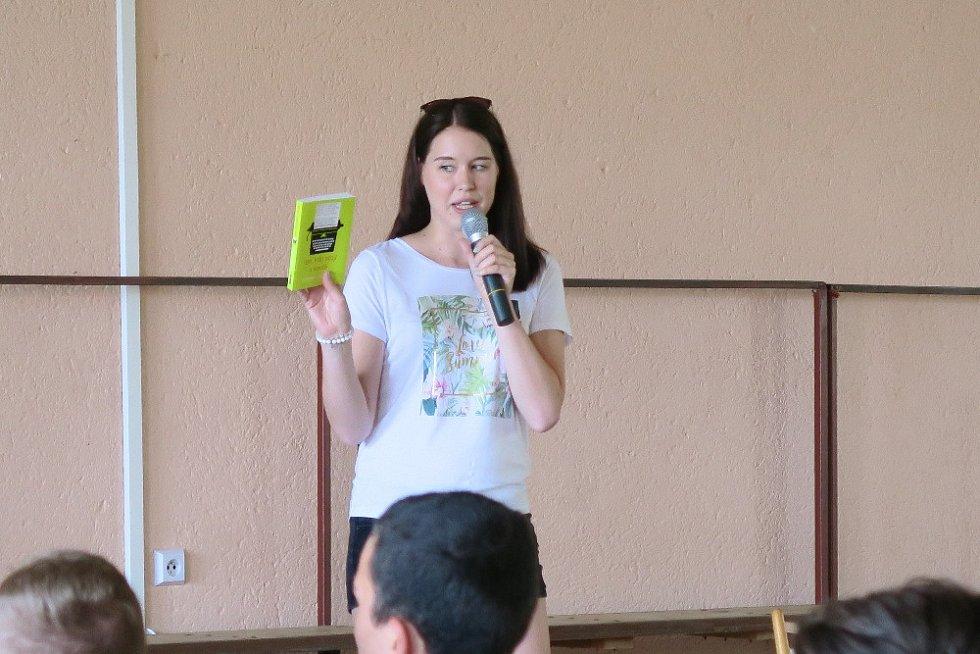 Youtuberka Katka Králová četla na ZŠ Kyjov
