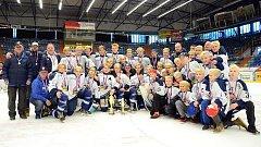 Hokejisté Vítkovic nakonec zakončili sezonu ziskem medaile. Mladší dorostenci i osmáci (společně na snímku) vybojovali stříbro.