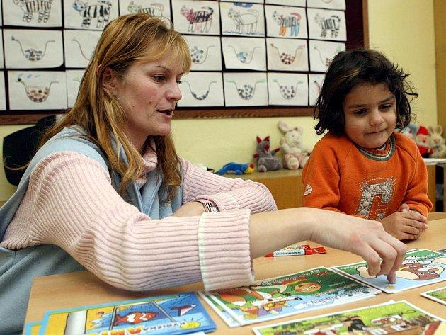 Budoucí prvňačka Dominika Gabčová u zápisu do Základní školy Trnkovecké v Ostravě-Radvanicích.