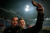 KLÍČOVOU POSTAVOU utkání s Olomoucí byl brankář Petr Vašek. Zaskvěl se především při šanci Tomáše Chorého z 63. minuty. Fanoušci Baníku ho do šaten vyprovodili bouřlivým potleskem a nechyběly ani selfie.