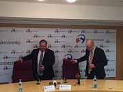 Premiér Bohuslav Sobotka (na snímku vpravo) s hejtmanem Miroslavem Novákem na tiskové konferenci v Ostravě.