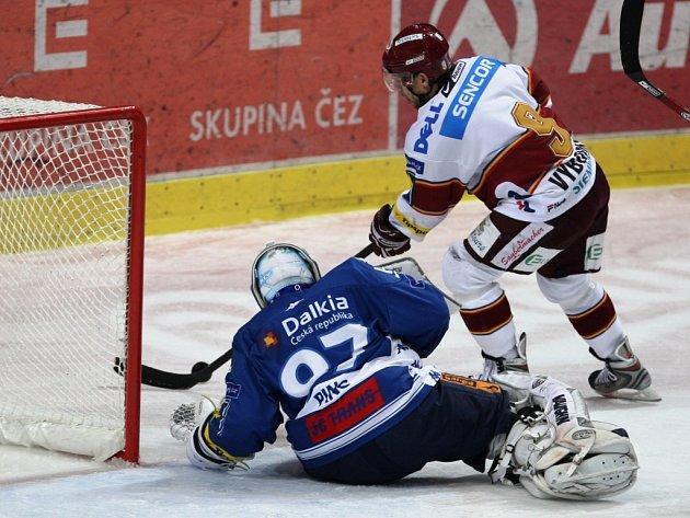 Z utkání HC Vítkovice Steel vs. HC Sparta Praha. Na snímku Marek Pinc a David Výborný.