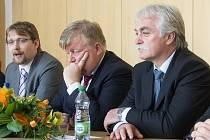 Na snímku zleva ministr dopravy Pavel Dobeš, prezident Národního strojírenského klastru Jan Světlík a Milan Urban, předseda hospodářského výboru Poslanecké sněmovny.