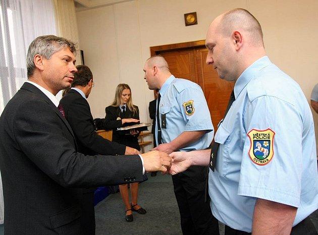 Primátor Petr Kajnar ocenil 36 strážníků městské policie