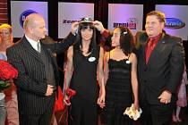 Na druhém místě se umístila Renáta Baitoukou s dcerou Durancií z Karviné, kterou korunovali Radomír Havlík, generální ředitel společnosti Premiera Sweet (vlevo), a Zdeněk Škromach, poslanec Parlamentu ČR.