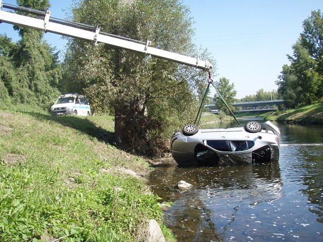 Hasiči již z řeky Ostravice vytáhli několik vozidel. Některá z nich se ve vodě převrátila na střechu, jejich řidičům šlo v té chvíli o život.