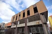 Vybydlený a zchátralý objekt obchodního centra Odra se zbourá.