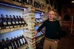 Vinotéky už nesmějí stáčet víno ze sudů.Nerezové sudy tak byly nahrazeny bag-in-boxy, fóliovými sáčky, které jsou umístěny do kartonových krabic.Na snímku majitel Vinného sklepa U Mostu v Ostravě Mario Frenko.