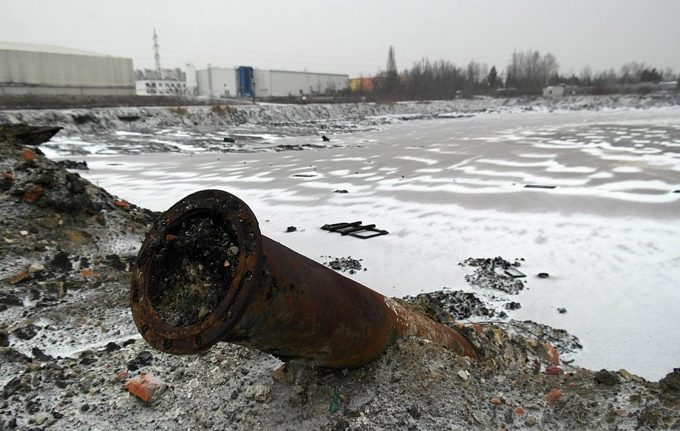 NADBILANČNÍ TUNY. Laguna R3, odkud zbývá odtěžit zhruba 70 tisíc tun ropných odpadů.