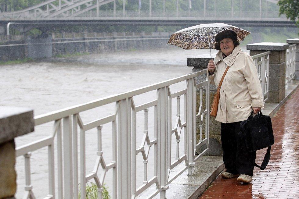 Havlíčkovo nábřeží v Ostravě v dešti. Ilustrační foto.