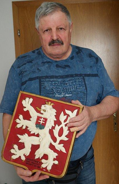 PAMĚTNÍK Jan Nykl sčeskoslovenským státním znakem, který mu věnoval právě starší spolužák a kamarád Jan Zajíc.