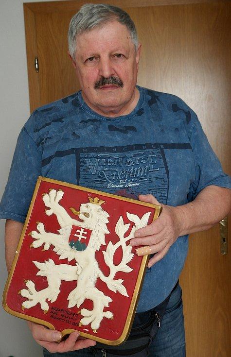 PAMĚTNÍK Jan Nykl s československým státním znakem, který mu věnoval právě starší spolužák a kamarád Jan Zajíc.