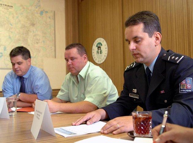 Zprava zástupce ředitele Martin Hrinko, šéf kriminalistů Radovan Vojta a kriminalista Miroslav Adamčík